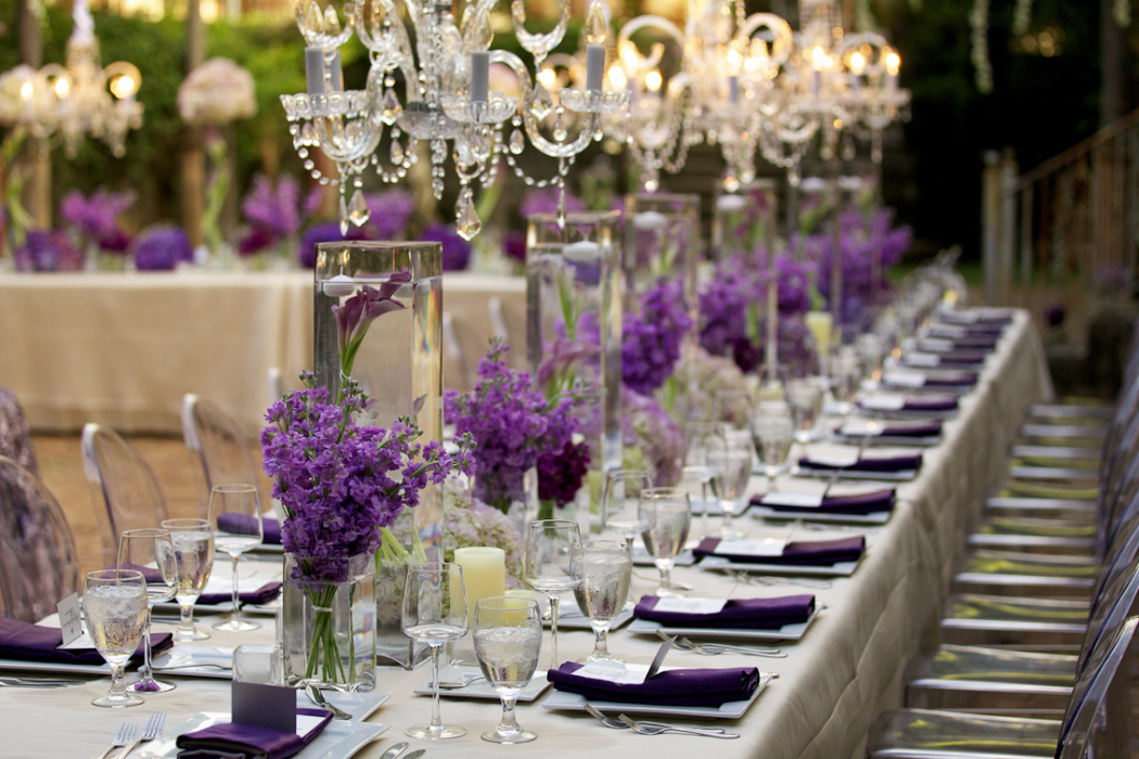 Crystal chandeliers and beautiful purple centerpieces for Gallet de decoration
