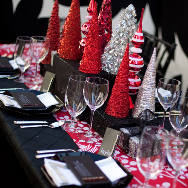Fabulous sparkly modern christmas tablescape b lovely events for Modern table centerpiece ideas