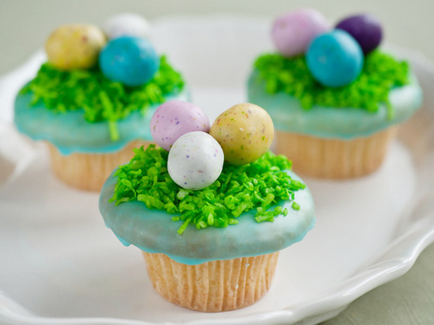 Love these robins egg Easter cupcakes!