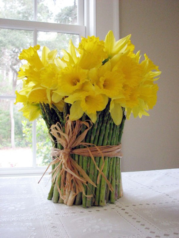 Love this seriosuly creative daffodil centerpiece