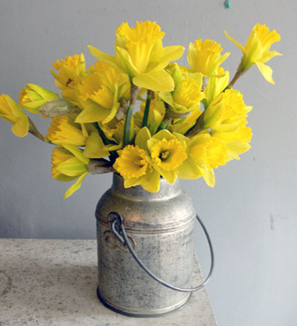 Rustic and cute daffodil centerpiece fro Easter!