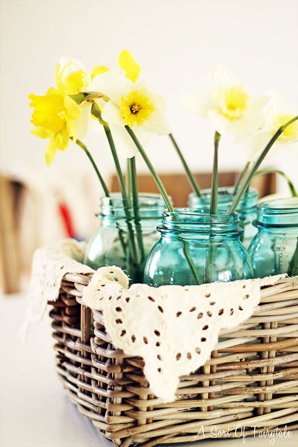 This daffodil centerpiece is so cute!