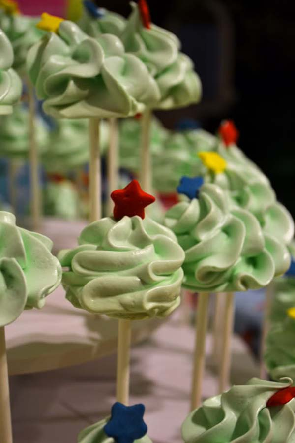 Love these Meringue Christmas tree pops