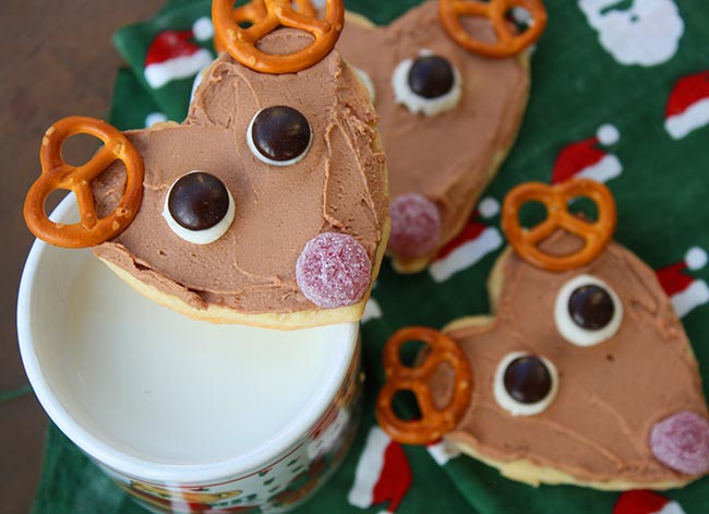 Love these reindeer cookies with cute little pretzel horns