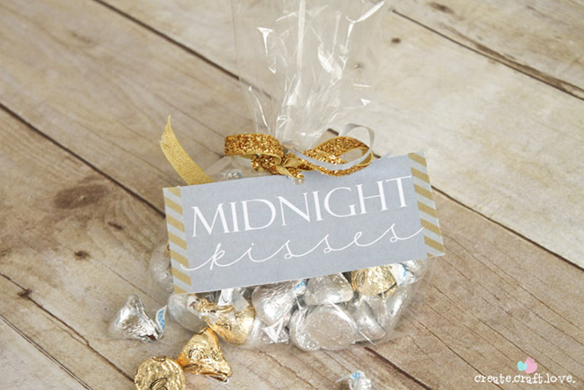 Midnight kisses Free printable for new years