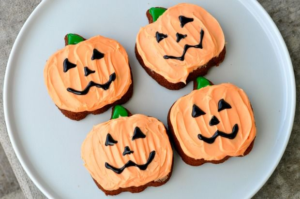 Love these Halloween pumpkin brownies!