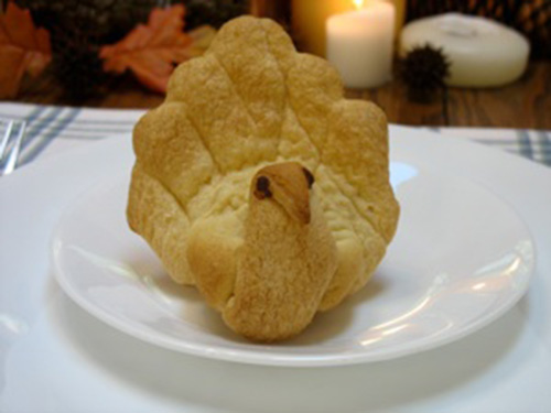 Fun DIY Turkey shaped dinner rolls for Thanksgiving!