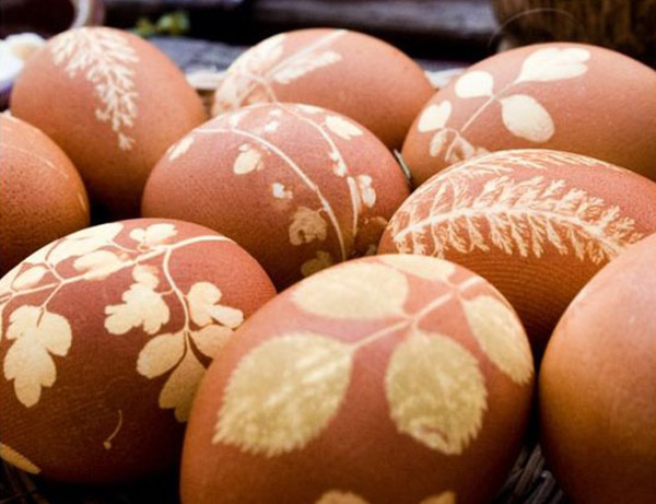 Nature Dyed Easter Eggs- See more natural easter egg ideas on B. Lovely Events