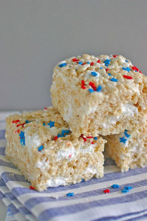 Easy and Fun 4th of July Rice Krispy Treats- See all 8 AWESOME 4th of July Rice Krispy ideas on B. Lovely Events!