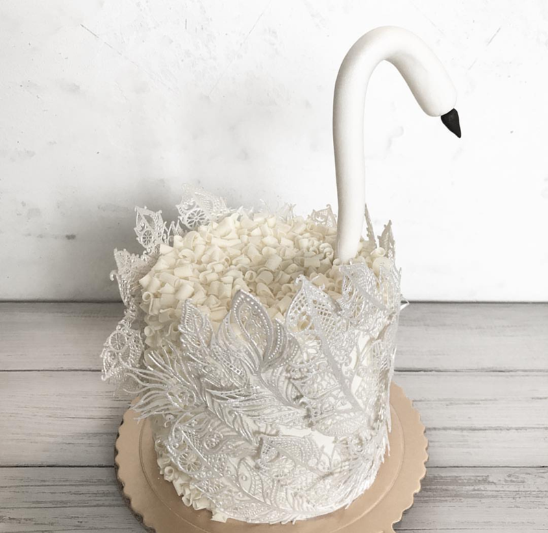 The lace feathers on this swan cake is lovely! -See More Swan Cakes on B. Lovely Events