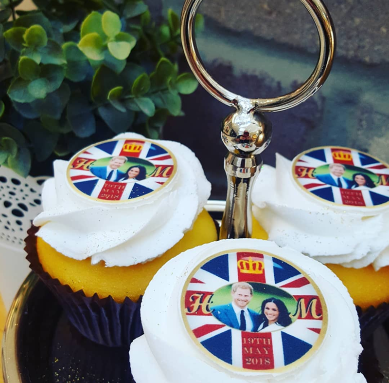 How cute are these royal wedding harry and meghan cupcakes! - See More Royal Wedding Lovlieness at B. Lovely Events #royalwedding #partyplanning #partythemes