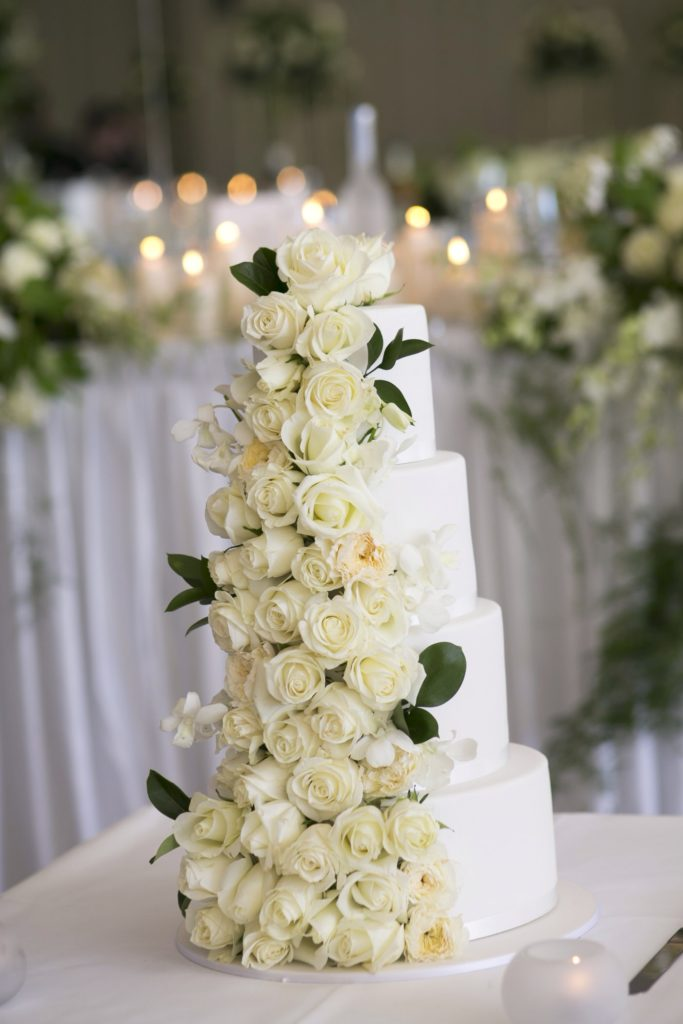 All white roses wedding cake - See all the beautiful details on B. Lovely Events! #wedding #realwedding #weddingideas #weddingtips #weddingdecorations