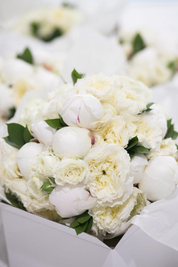 All white wedding flowers - See all the beautiful details on B. Lovely Events! #wedding #realwedding #weddingideas #weddingtips #weddingdecorations