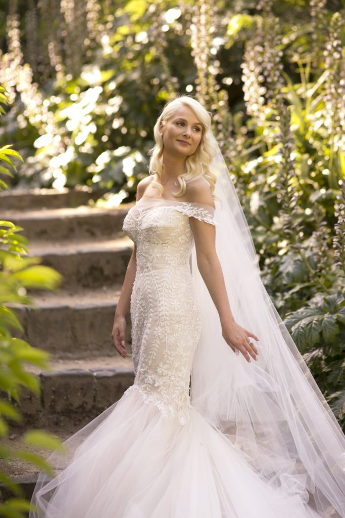 Love this all white lace wedding dress - See all the beautiful details on B. Lovely Events! #wedding #realwedding #weddingideas #weddingtips #weddingdecorations