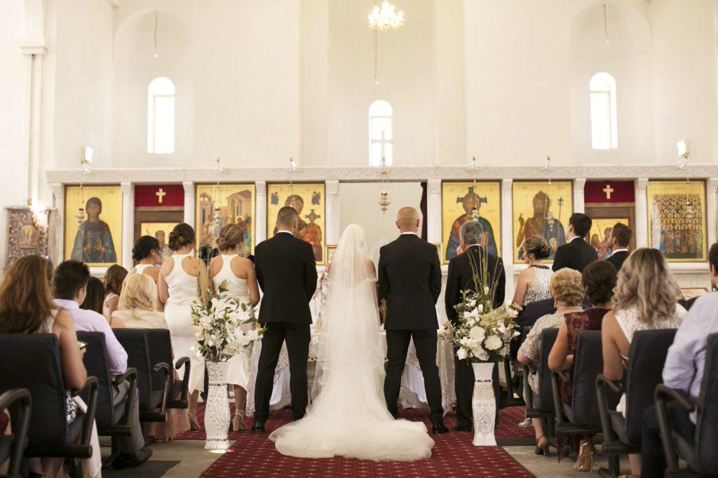 Love this alter Real Wedding Belinda and michales all white wedding - See all the beautiful details on B. Lovely Events! #wedding #realwedding #weddingideas #weddingtips #weddingdecorations