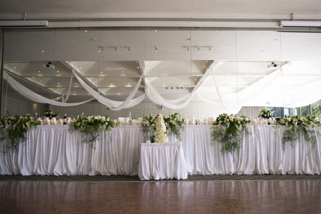 Wedding head table white roses - See all the beautiful details on B. Lovely Events! #wedding #realwedding #weddingideas #weddingtips #weddingdecorations